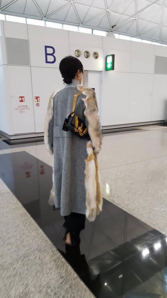 此次來台只停留不到24小時,劉嘉玲從下飛機那一刻就善盡站台嘉賓的角色,背著 Va...