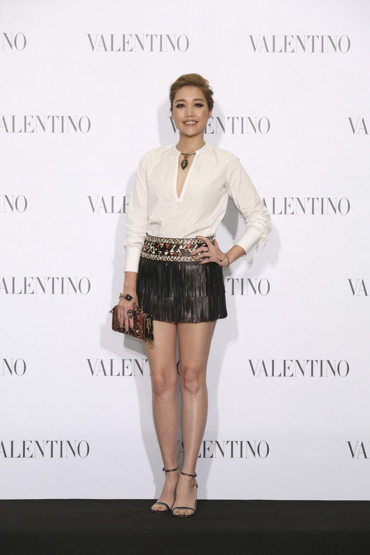 A-Lin穿Valentino 金屬項鍊套領長版襯衫NT$70,500、Vale...