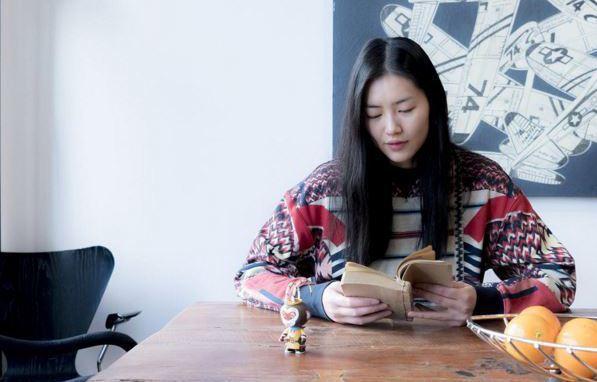 劉雯搶先穿上H&M的設計師Studio印花運動上衣,售價1,699元。圖/擷自I...