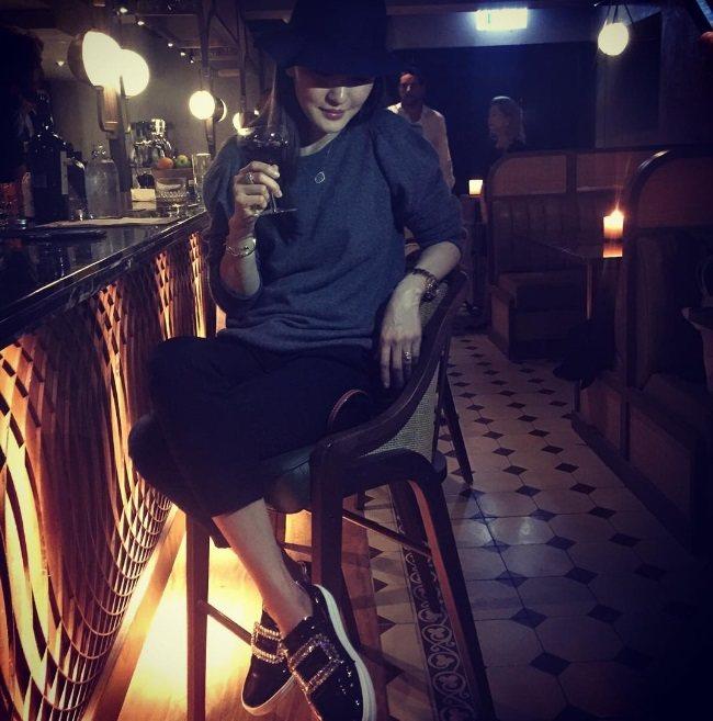 周汶錡穿著黑色素面皮革Sneaky Viv,展現女人味。圖/Roger Vivi...