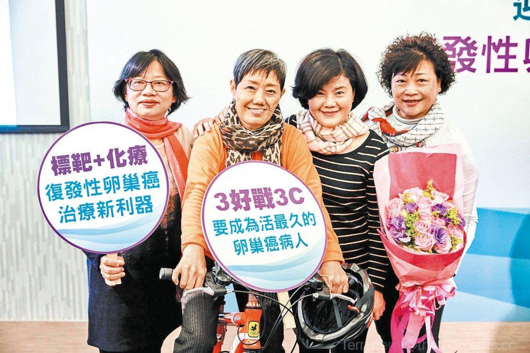 張女士(左二)罹患卵巢癌卻反覆復發,讓她一度寫好遺囑,朋友特別來為她打氣。 記者...