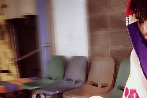 李國毅最近正在拍攝新劇《我和我的17歲》,在臉書上透露自己在拍攝水底戲,工作人員提供薑茶讓他取暖,不過他卻推拒不喝,答案揭曉出來後讓大家都讚他是「梗王」。李國毅25日一連拍了7個小時的水底戲,在這...