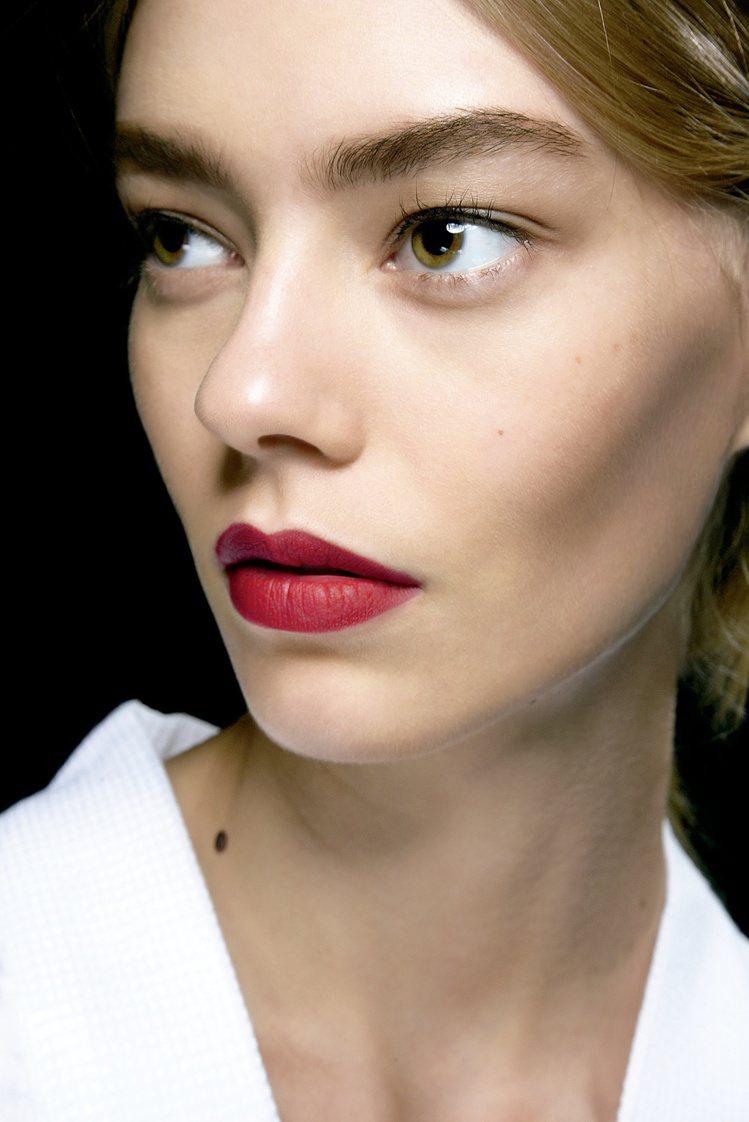 自然裸肌+霧面紅唇,打造出復古優雅的時尚感。圖/MAC