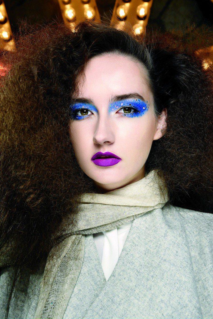 誇張的藍色眼妝與紫色唇,最適合PARTY TIME!圖/MAC