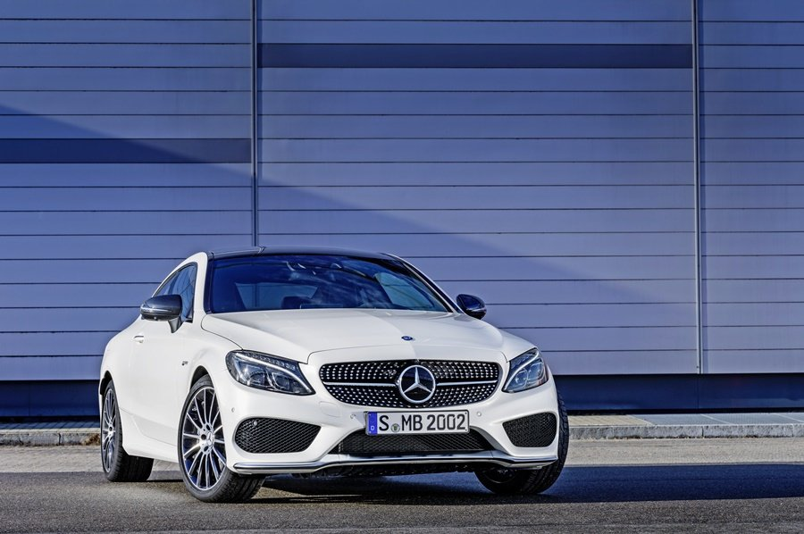 賓士性能副牌Mercedes -AMG推出入門款性能轎跑C43 AMG Coupe,外觀搭載AMG栏式樣套件與元素。