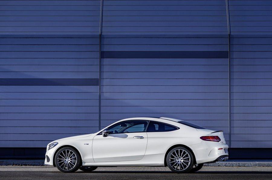 車側配上黑色的後視鏡外框,以及黑色高亮度窗框與車身飾條,另有18吋AMG式樣五輻式量化鋁圈。