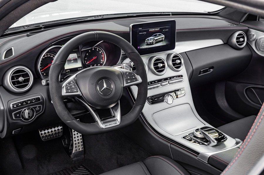 C43 AMG Coupe黑色雙材質混搭的皮革包覆下平把式跑車方向盤,並配上對比色縫線。