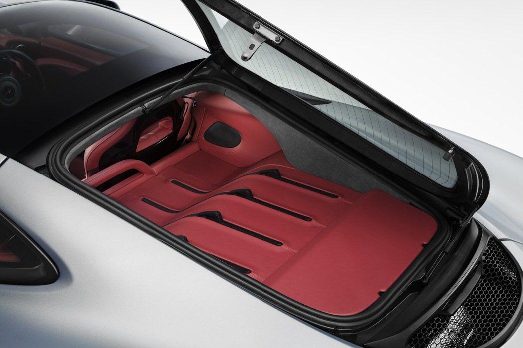 570GT後車頂改為可開啟式設計,能額外提供220公升的置物容積。 摘自McLaren.com