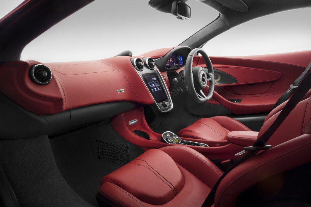 570GT是Sports系列中繼570S Coupe以及540C Coupe推出之後的第三款車型,座艙採雙人座設計,並採高質感皮革包覆。 摘自McLaren.com