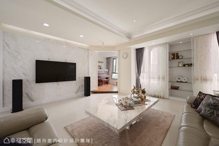 ▲平衡結構: 將電視牆體拉寬,且在琴房入口旁的柱體改以間接牆設計,讓整個公領域和...
