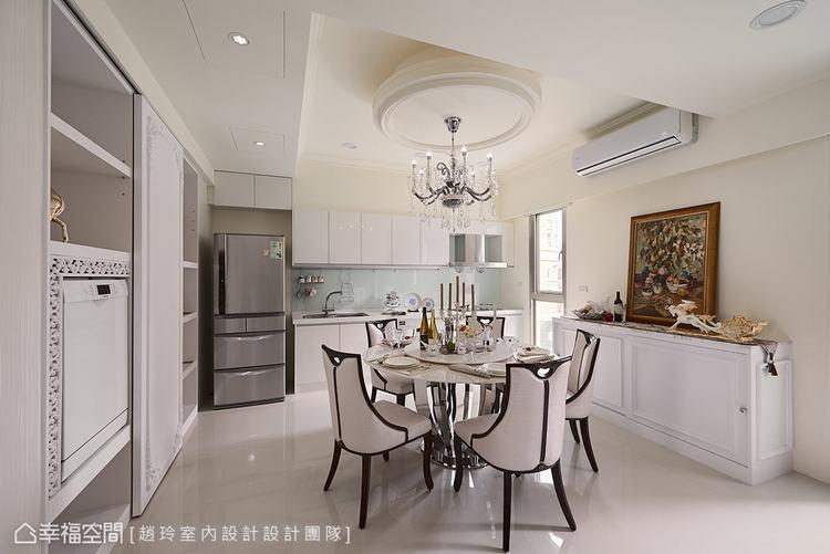 ▲餐廚: 天花利用圓形立體設計,拉出空間重心,再輔以方正的結構線條,平衡樑柱與歪...