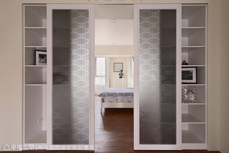 ▲主臥拉門: 門面以玻璃質材為底,讓花磚圖騰的壁貼裝飾於上,烘托古典視覺的優雅情...