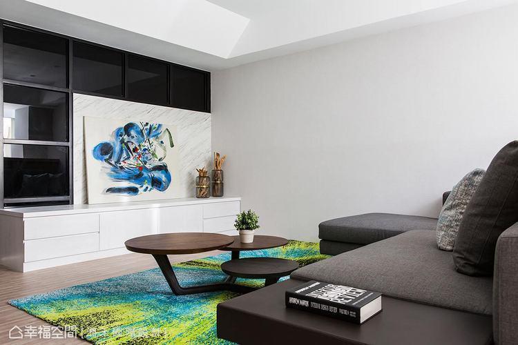 ▲客廳: 以黑白色系鋪底,藉由跳色的軟件搭配,挹注活潑感的生活氣息。