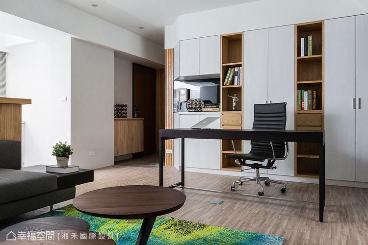 ▲玄關: 以木紋線條做為玄關的牆面風景,巧面串聯收納櫃與空間裡的木作造型,挹注自...