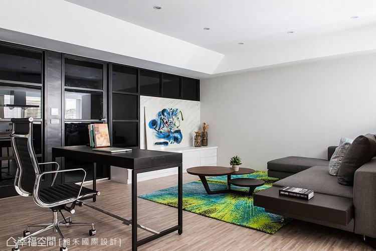 ▲公共空間: 以開放式設計做為公共空間的規劃,僅透過家具的擺設讓客廳與書房功能兼...