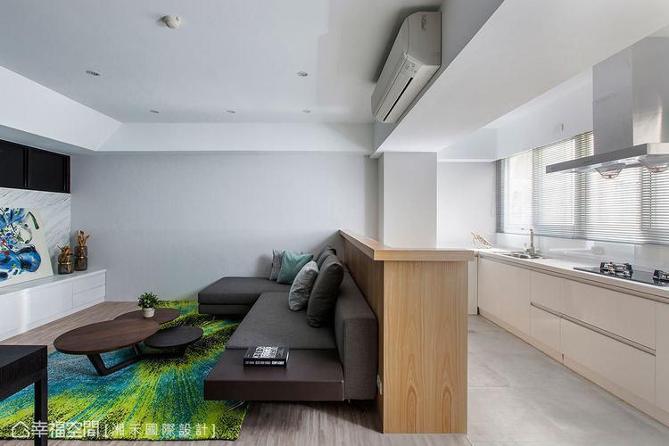 ▲廚房: 明亮的光源映照整體空間,沙發與中島並置擺設,隨之界定出客、餐廳的風格與...