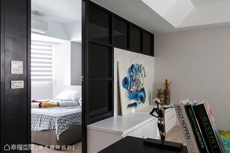 ▲隔間設計: 利用鐵件與黑色烤漆創造一整面隔間造型,成功規劃出客廳與臥室領域。