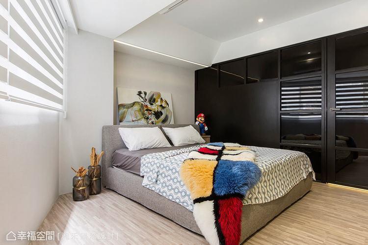 ▲明亮寬敞: 戶外光源的引入讓臥室更顯明亮,加上黑玻質材的反射特質,視覺延伸下讓...