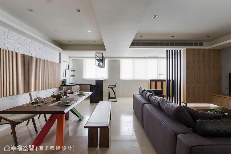 ▲公領域: 以開放式公領域為設計,依樑柱結構劃分客廳與餐廚機能,恣意流動的光感遊...