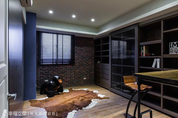 ▲書房: 空間裡利用紅磚、鐵件、原始木紋與馬毛地毯,勾勒一幅自然原生的粗獷質感。