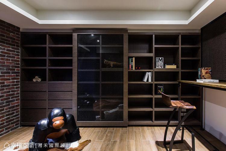 ▲興趣收藏: 書房裡打造一面木作書櫃,除了具備展示與收納之外,中央還特別搭以擴張...