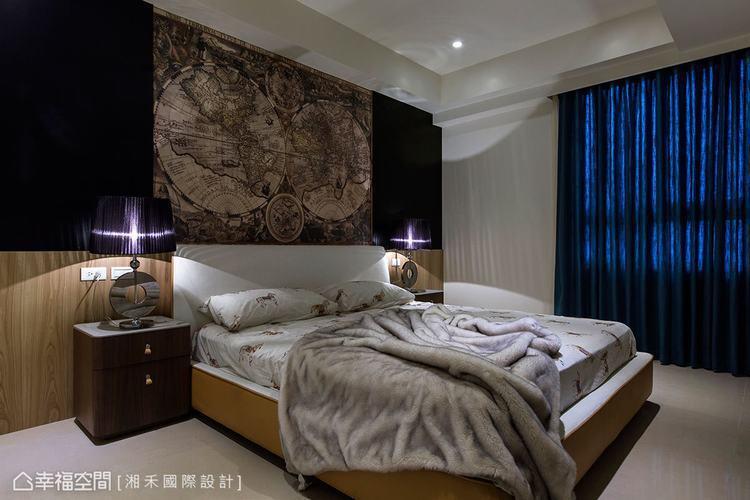 ▲主臥室: 牆面與窗簾皆以深色系為主,床頭兩側飾以風格燈飾,營造出簡約的中性時尚...