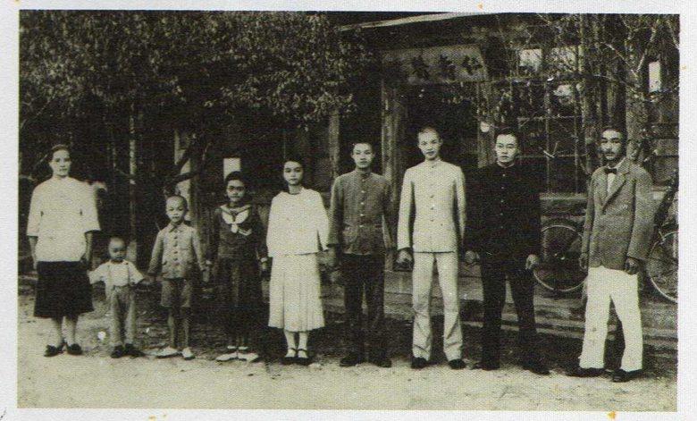 張七郎(右一)夫婦與孩子在鳳林仁壽醫院前合照,攝於1937年。 圖/《花蓮鳳林二二八》;吳三連台灣史料基金會出版。