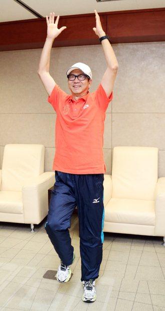 健走是李隆安的運動方式,除手腳抬高快步走外,雙手還跟著律動高舉。 記者史榮恩/攝...