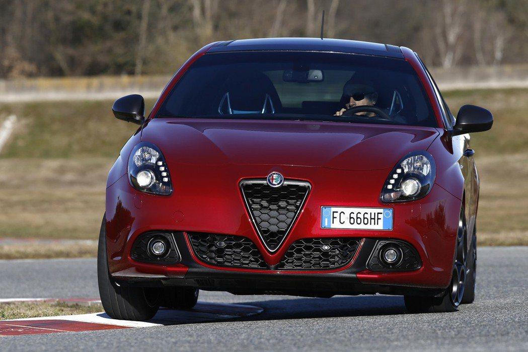 全新Giulietta外觀的最大差異主要在於原廠換上了蜂巢式水箱護罩。 摘自Alfa Romeo.com