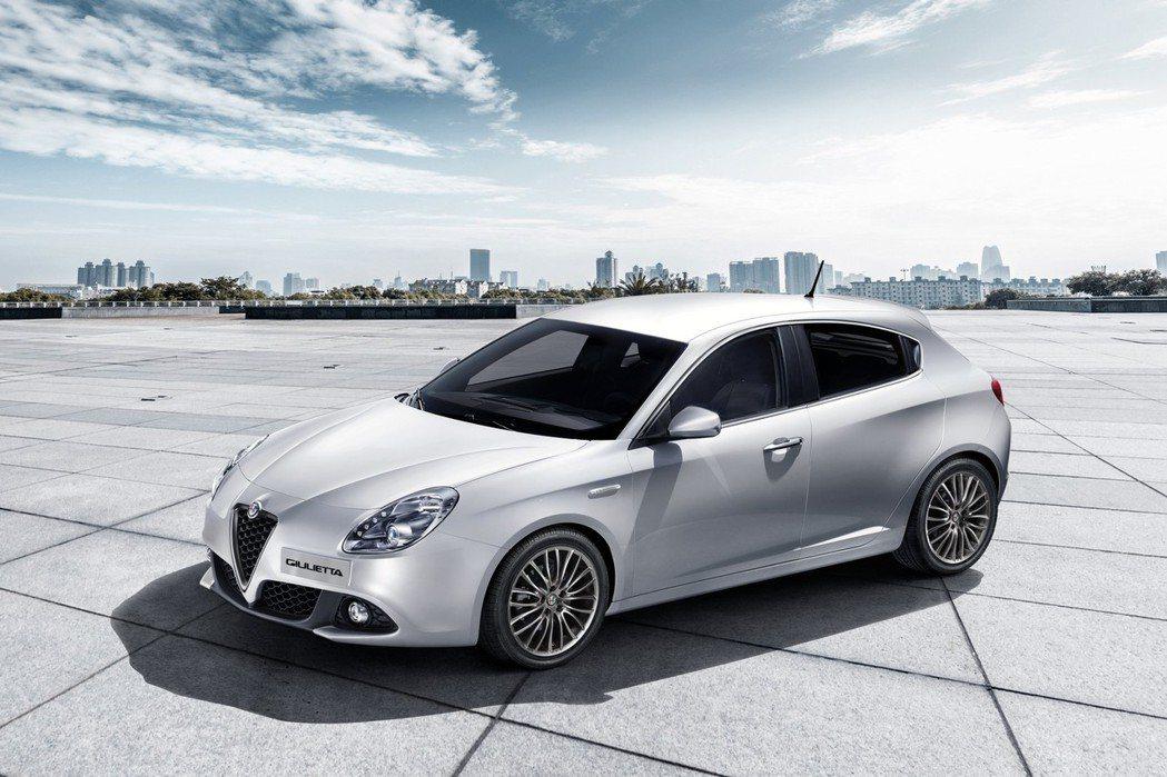 Giulietta一般版本則以時尚為主,缺少運動化鋁圈、黑色後視鏡蓋、側裙等套件加持。 摘自Alfa Romeo.com