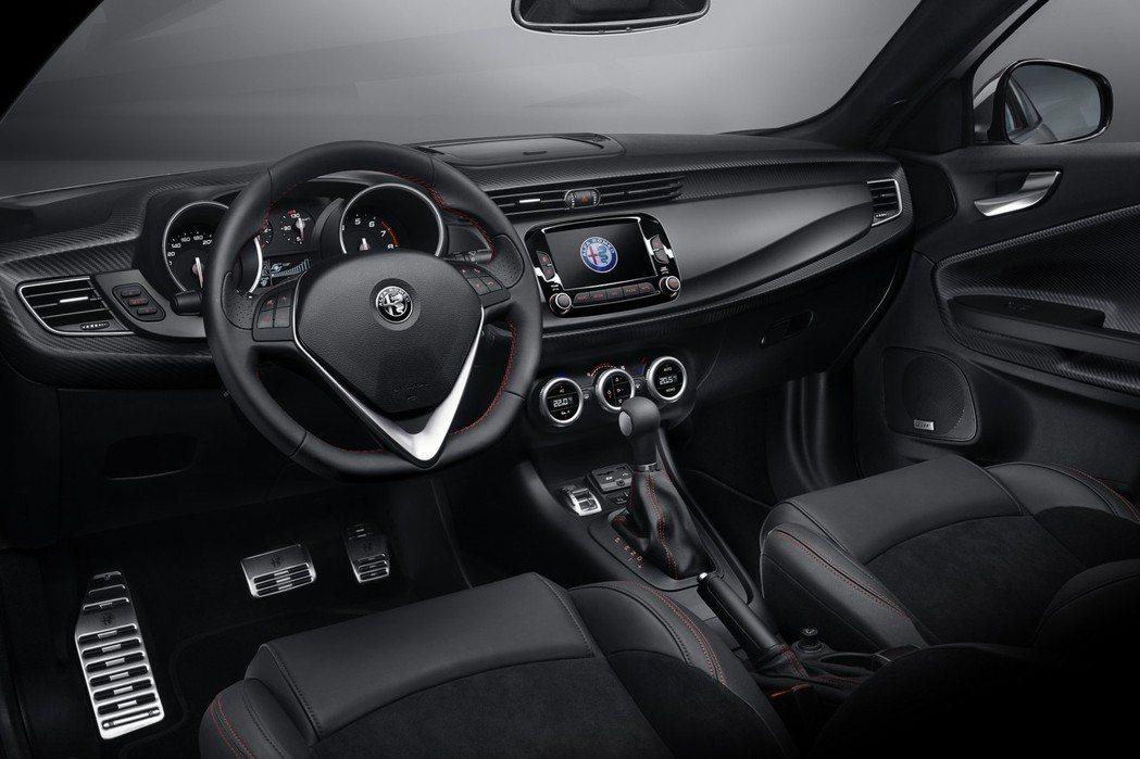 Giulietta Veloce性能版的內裝添加平底化方向盤、紅色縫線、類碳纖維飾板、鋁合金踏板等,增添競技感。 摘自Alfa Romeo.com
