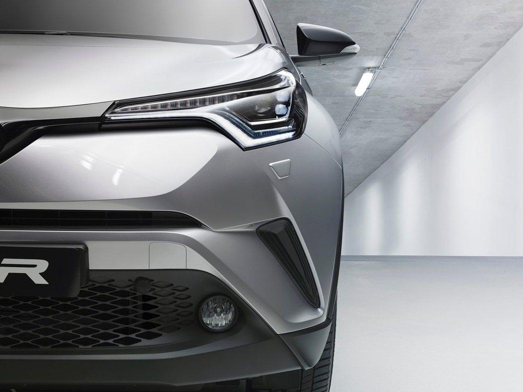 車燈設計讓車臉更加銳利。