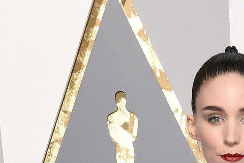 提名女配角的Rooney Mara穿Givenchy白色蕾絲禮服走紅毯,玫瑰花朵刺繡的精緻手工,以及胸襟的扣飾、鏤空細節令人屏息,Givenchy向來與好萊塢淵源頗深,這襲精緻手工禮服重現Given...