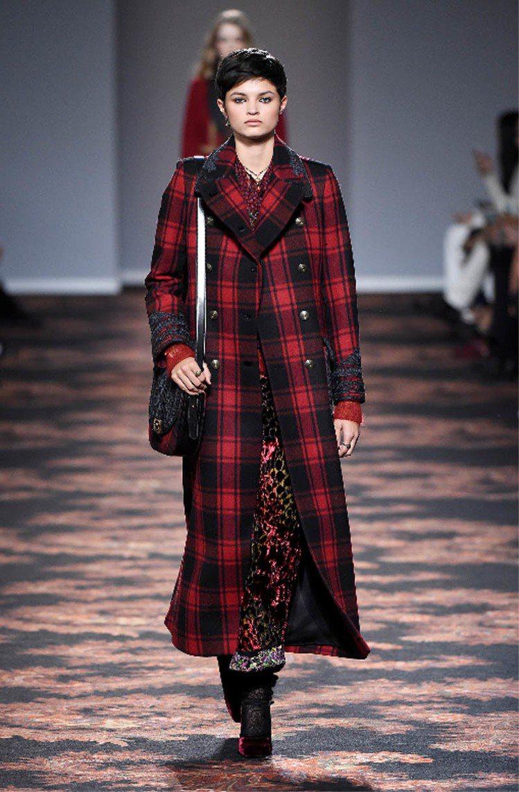 秋冬女裝出現大量格紋,ETRO品牌搭配以擅長的印花工藝。圖/ETRO提供