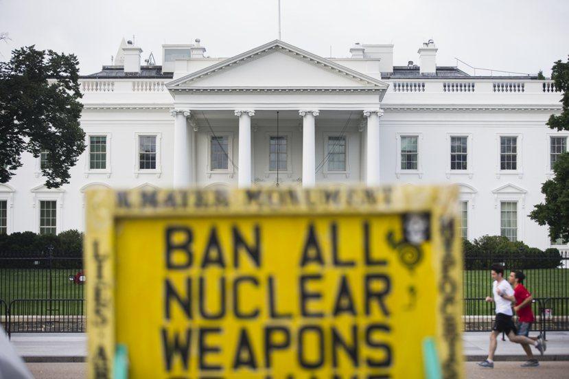 2015年7月美伊達成限核協議,美方逐步解除對伊朗的經濟制裁,但先前的制裁行動,...