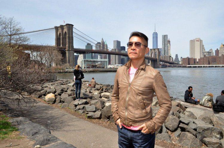 一件輕薄的皮衣、墨鏡是劉家豪出國必備行頭,他說,以前戴墨鏡是為了時尚,現在是為了...