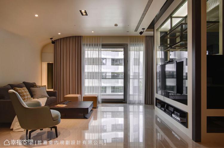 ▲客廳: 天花運用圓弧的線條造型,創造延伸的視覺效果,淡化橫樑經過帶來的壓迫感。