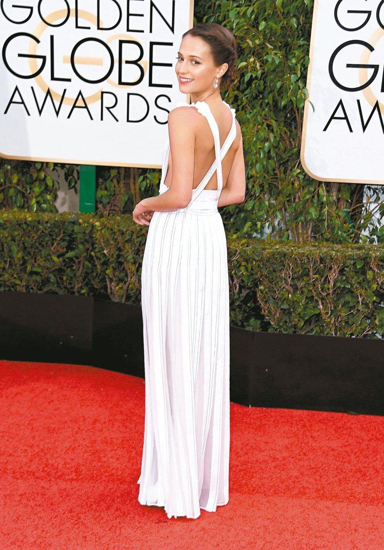 艾莉西亞出席今年金球獎時也是LV相隨,穿的是訂製白色亮片拼貼雪紡露背洋裝並搭配高...
