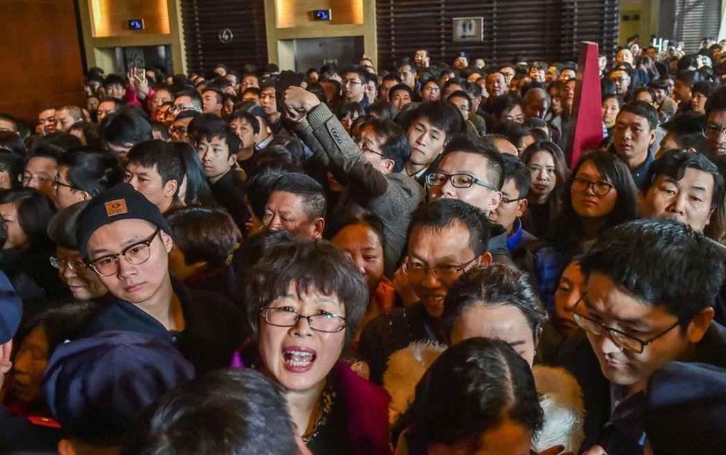 杭州綠城楊柳郡388套房源日前加推入市,現場認籌量超過1400組。圖為2000多...
