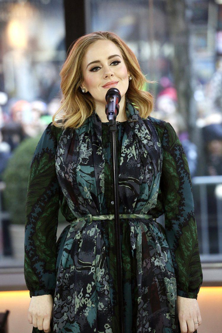 愛黛兒本人多次穿著 Burberry 服裝、拎品牌包款出席活動、登封面,不管是禮...
