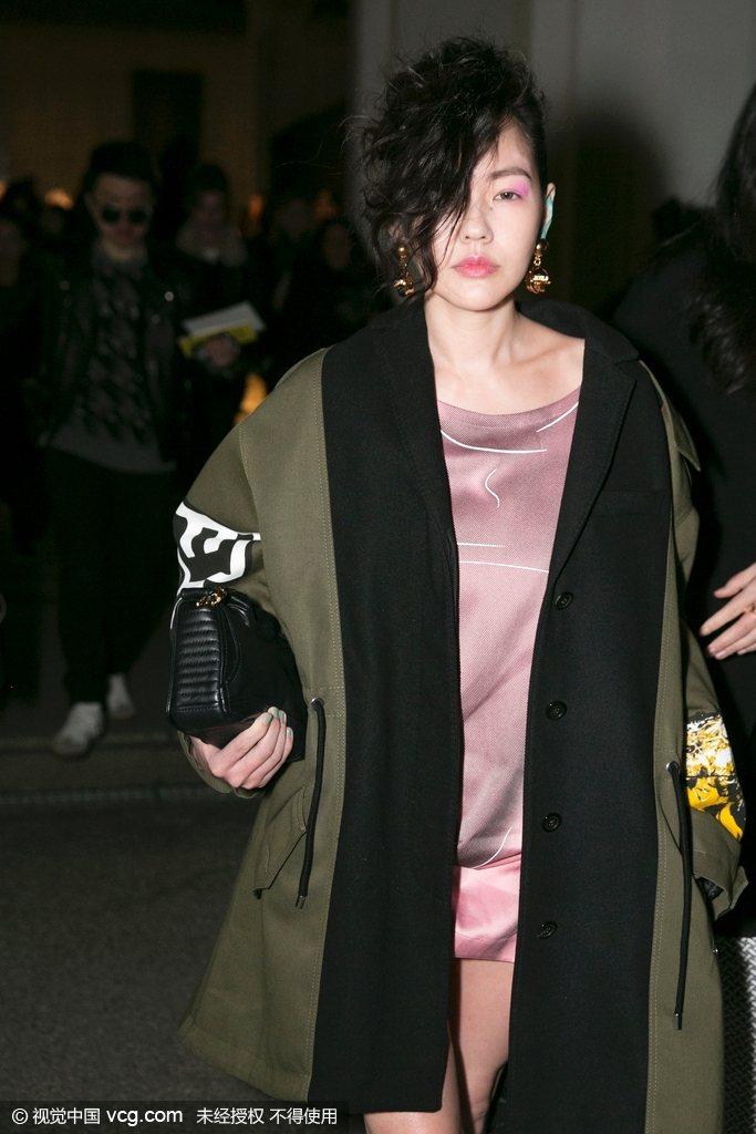 米蘭時裝周Moschino秋冬秀場,小S徐熙娣現身化彩色眼妝鬼魅遮半面。