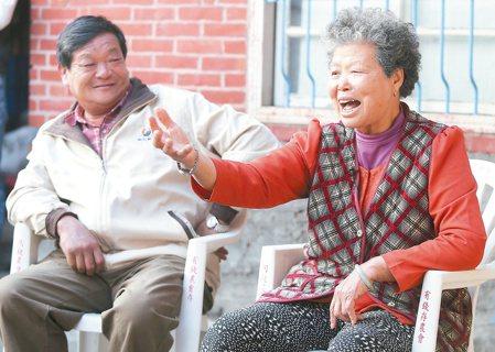 賴美阿嬤(右)與萬合里前里長陳金爐(左)仍堅持每天清晨起床,從事農業耕種。 記者...