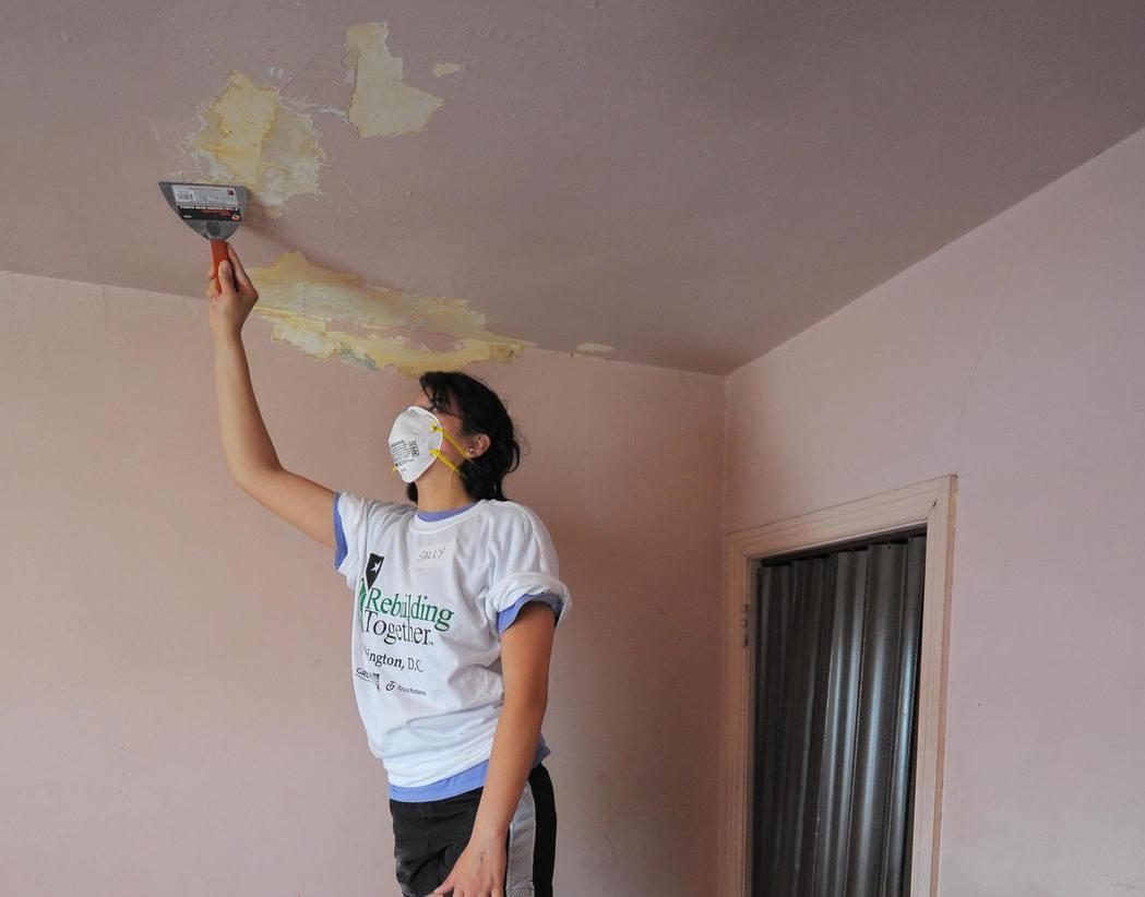 使用填縫膠使房屋開口密封,預防水滲進房裡能很好地保養房屋。(Getty Imag...