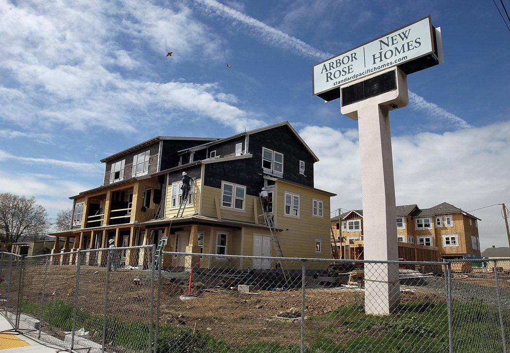 加州聖馬刁縣去年賣房利潤最高,圖為該縣的一處在建房產。(Getty Images...