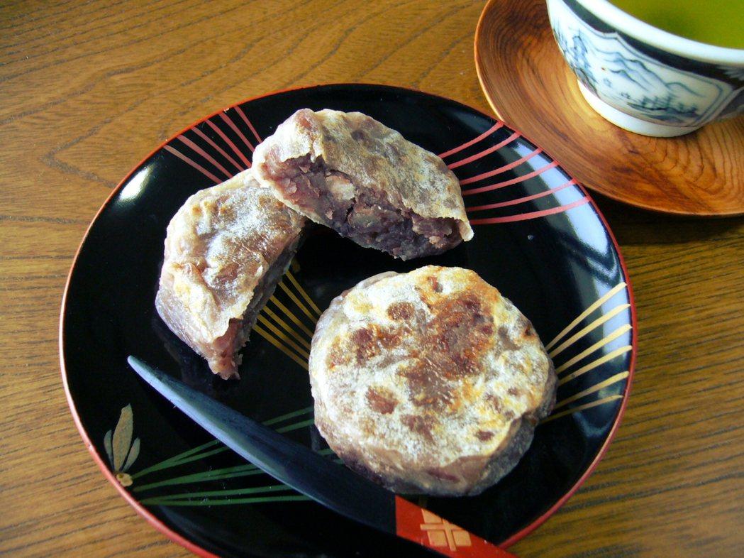 金鍔。紅豆餡外面包著米做的皮,且置放於炭火上烤,由於金鍔的樣子很像刀劍刃與刀柄間...