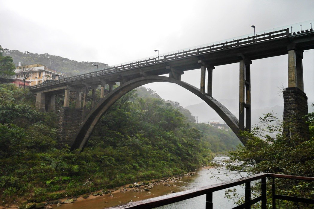 連接兩端的運煤橋,是全台灣第一座圓拱大橋。 記者陳威任/攝影