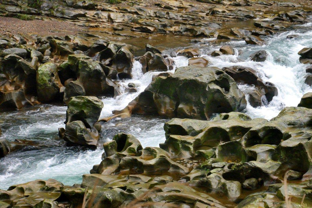 基隆河沖刷而成的壺穴地形。 記者陳威任/攝影
