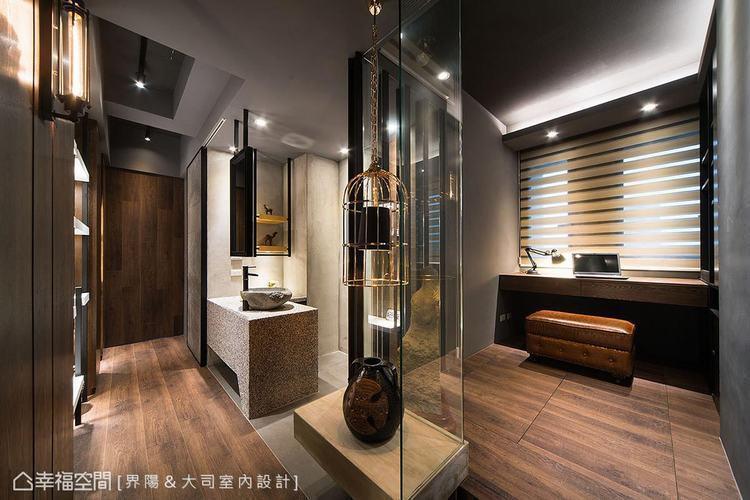 ▲場域過渡: 獨立拉出規劃的衛浴面盆、鏡面,以及位於場域過渡間的展示平台規劃,豐...