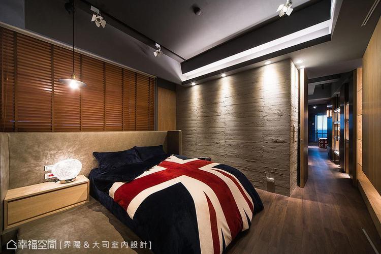 ▲主臥房: 界陽&大司室內設計在皮革繃板與鋼刷木皮為主體的主臥房,客製難度極高的...