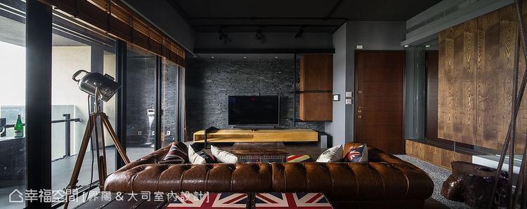▲內外模糊: 電視石材牆面與窗邊架高地坪向外延伸銜接陽台,模糊內外交界,讓空間感...